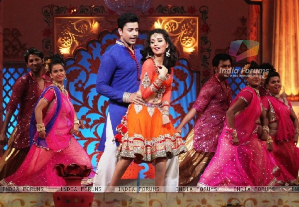 Piyush Sahdev and Mansi Shrivastav perform on Zee TV Holi Mahotsav