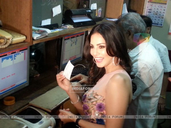 Sunny Leone Selling Tickets of Ragini MMS 2