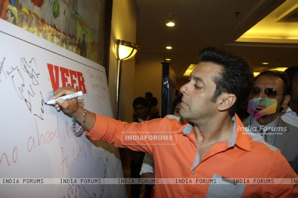 Salman Khan writes a message at the Campaign for 'VEER'