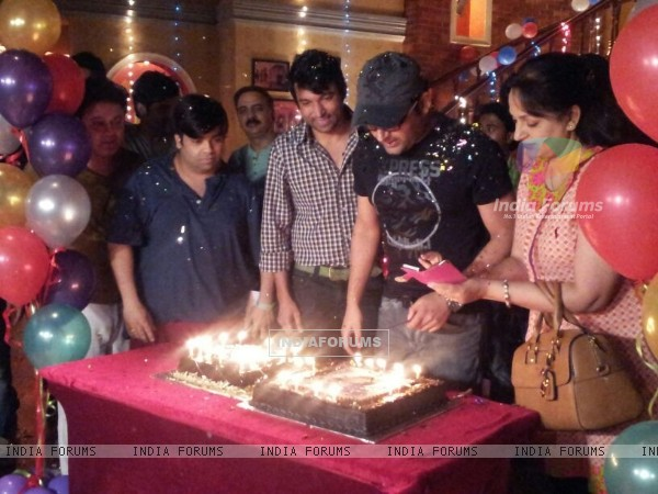 Kapil Sharma cuts his Birthday cake