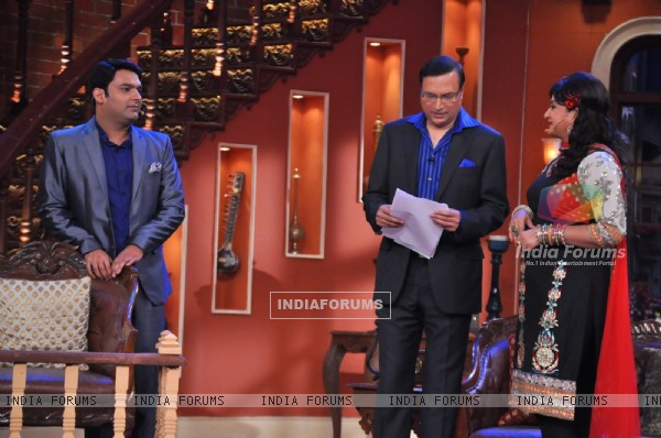 Bua flirts with Rajat Sharma on Comedy Nights With Kapil