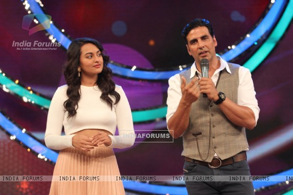 Sonakshi and Akshay Promote Holiday on DID Lil Masters Season 3