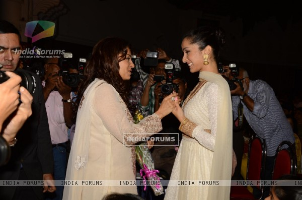Juhi and Shraddha in a chat at the 72nd Master Deenanath Mangeshkar Awards
