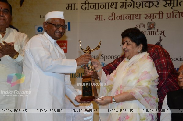 Lata Mangeshkar felicitates Anna Hazare at the 72nd Master Deenanath Mangeshkar Awards