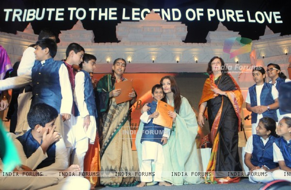 Aishwarya Rai felicitates children at the Tribute to the Legend of Pure Love concert