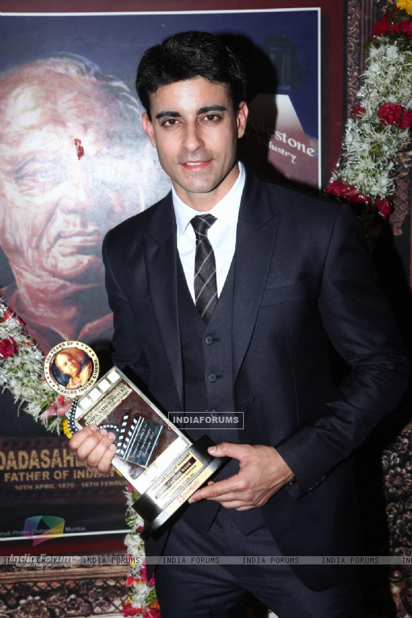 Gautam Rode hold up his Dada Sahib Phalke Award