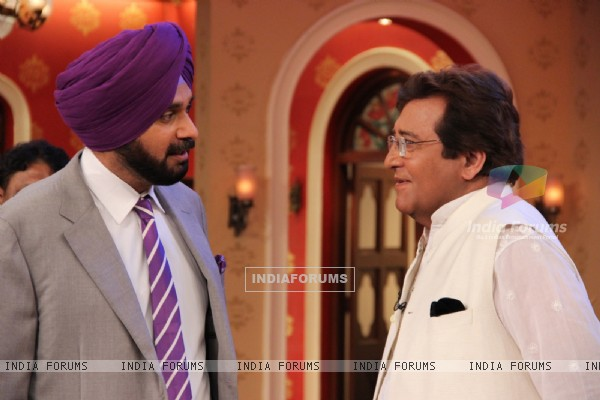 Vinod Khanna in a chat with Navjot Singh Sidhu at Comedy Nights With Kapil