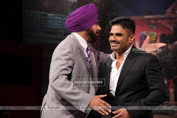 Navjot Singh Sidhu greets Suniel Shetty at Comedy Nights With Kapil