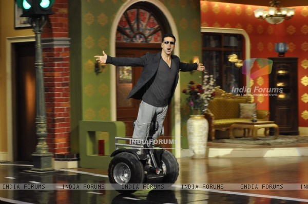 Akshay Kumar makes a grand entry on Comedy Nights With Kapil