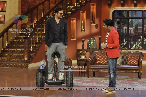 Akshay Kumar Promotes Holiday on Comedy Nights With Kapil