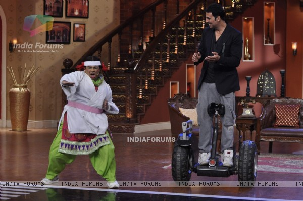 Palak shows her martial arts moves to Akshay on Comedy Nights With Kapil