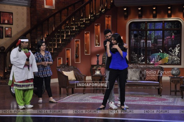 Akshay teaches his fans some self defence tips on Comedy Nights With Kapil