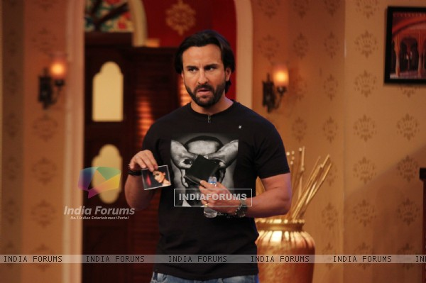 Saif shows his wife's picture in his vallet on Comedy Nights with Kapil