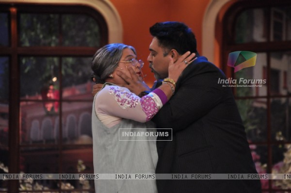 Dadi gives Ram Kapoor a Shagun Ki Pappi on Comedy Nights with Kapil