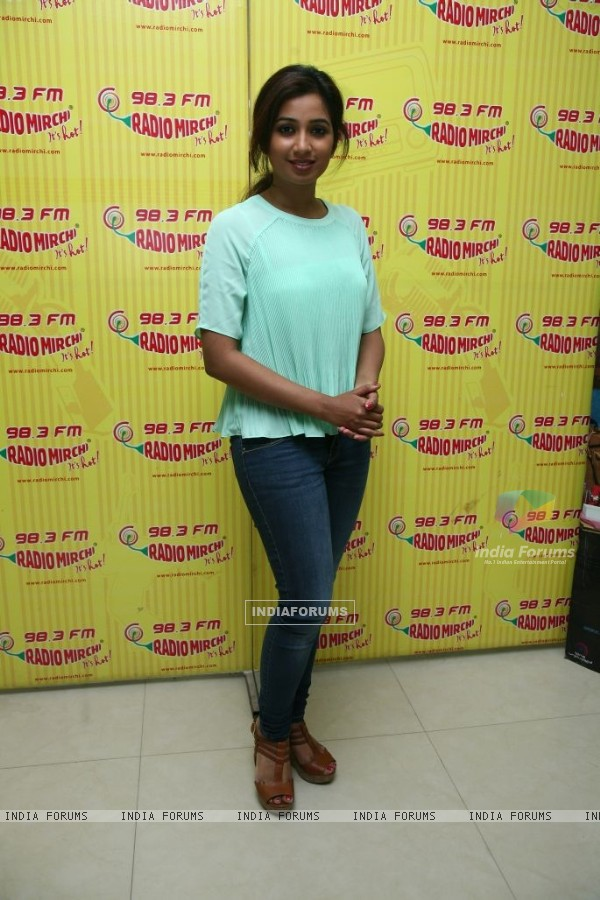 Shreya Ghoshal with Bobby Jasoos team at Radio Mirchi