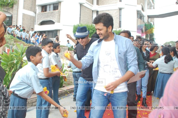 sajid and Riteish welcomed at a city school