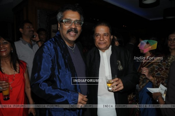 Hariharan posing with Anup Jalota at the Music Mania Event
