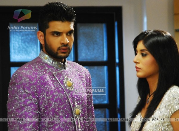 A still of Arjun and Arohi in Kitani Mohabbat Hai