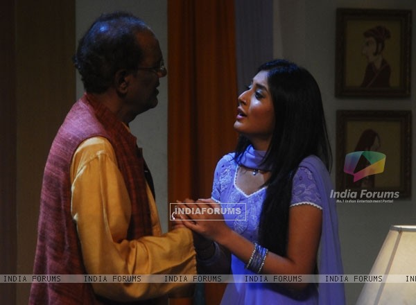 Arohi requesting his father in Kitani Mohabbat Hai