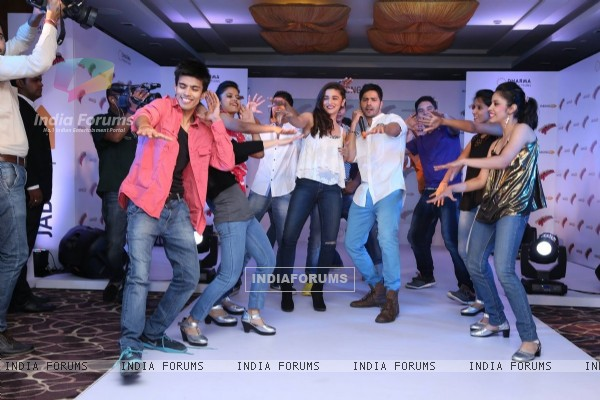 Alia and Varun dance with their fans