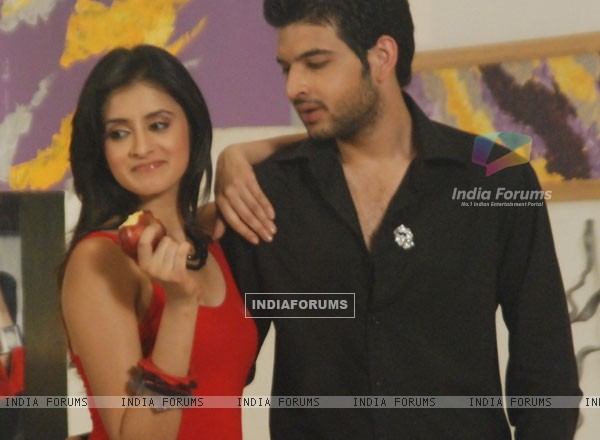 Arjun with Natasha in Kitani Mohabbat Hai