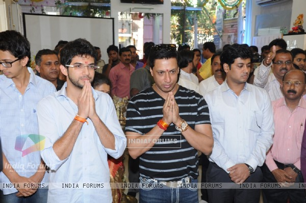 Aditya Thackeray and Madhur Bhandarkar pray before the lightning of the lamp