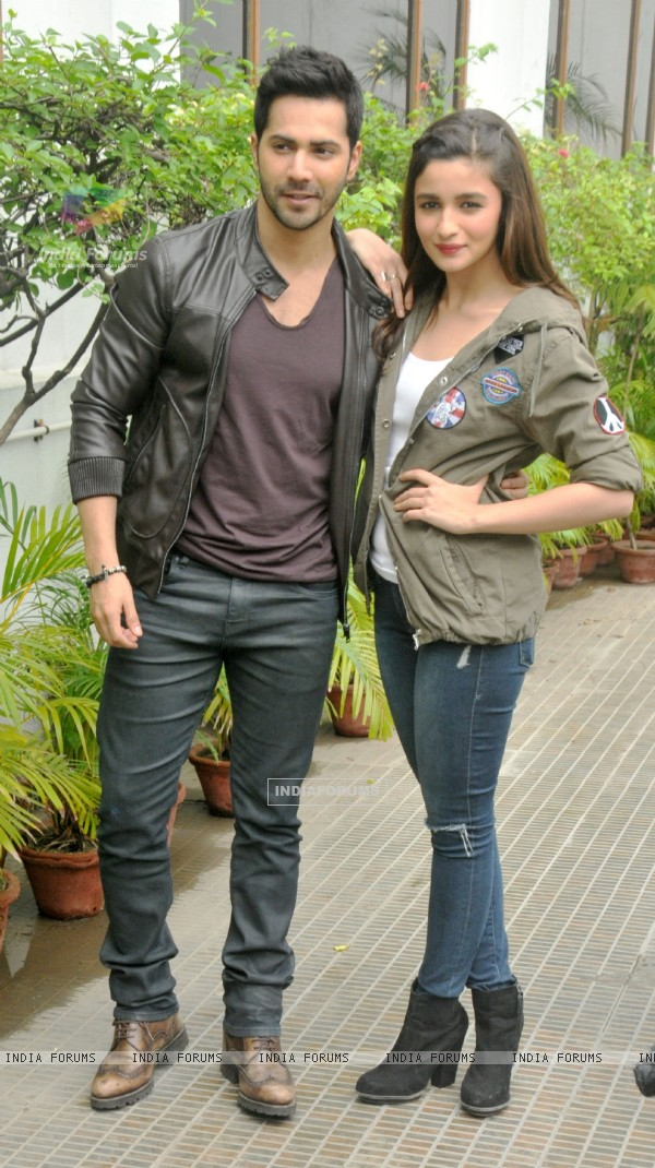Varun and Alia Promote Humpty Sharma Ki Dulhania at Kolkata