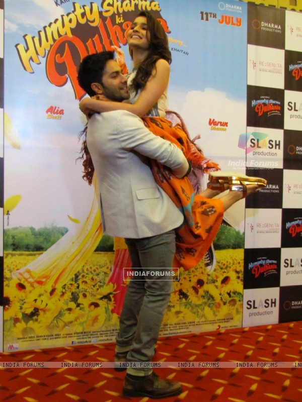 Varun carries Alia at the Promotion of Humpty Sharma Ki Dulhania at Ahmedabad