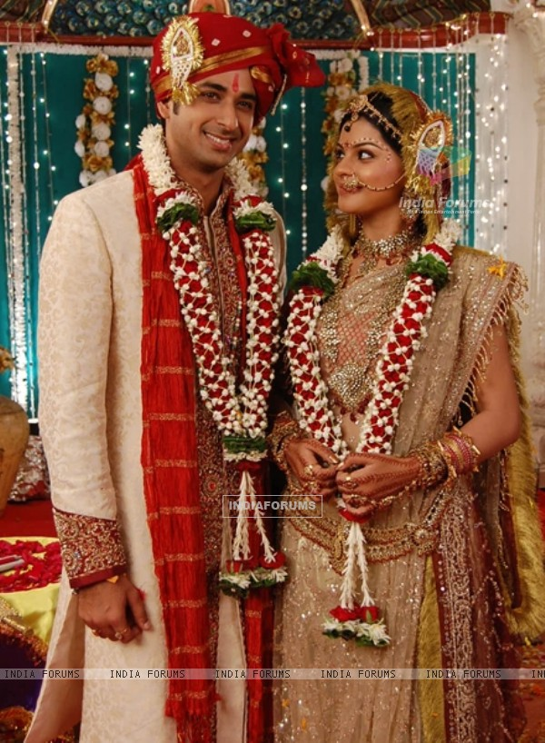 Sneha and Sarwar as Jyoti and Pankaj in wedding dress in Jyoti