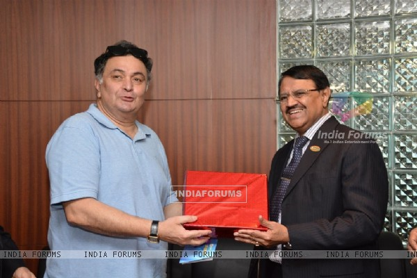 Rishi Kapoor felicitated at the launch IDBI bank