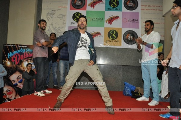 Varun Performs at Mithibai College for the Promotion of Humpty Sharma Ki Dulhania