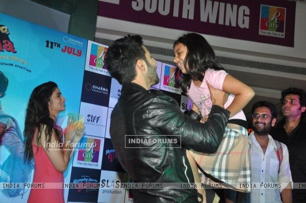 Varun lifts his younger fan at the Promotions of Humpty Sharma Ki Dhulania at Rcity Mall