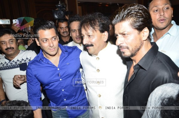 Shah Rukh Khan and Salman Khan snapped a photo with Baba Siddiqie