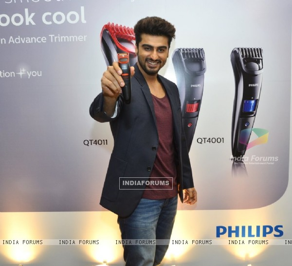 Arjun Kapoor poses with grooming gadget for men n