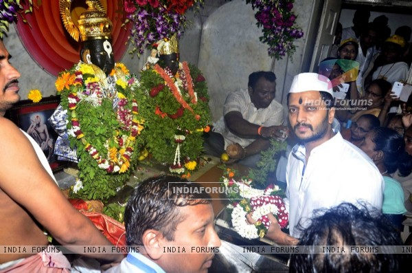 Ritiesh Deshhmukh visited the Vithal Mandir to seek blessings for his movie Lai Bhari