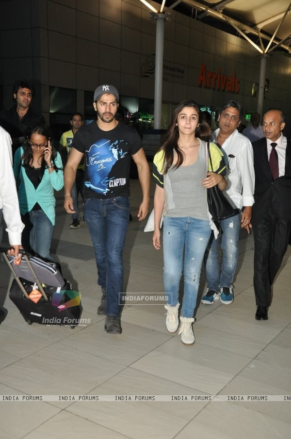 Humpty Sharma Varun Dhawan and his Dulhania Alia Bhatt Spotted at Airport