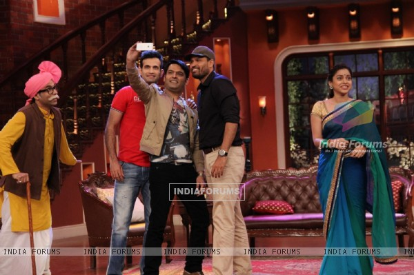 Kapil Sharma clicks a selfie with Yusuf Pathan and Irfan Pathan