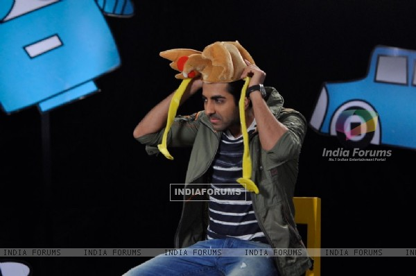 Ayushmann Khurrana wears a hen shaped cap on Captain Tiao
