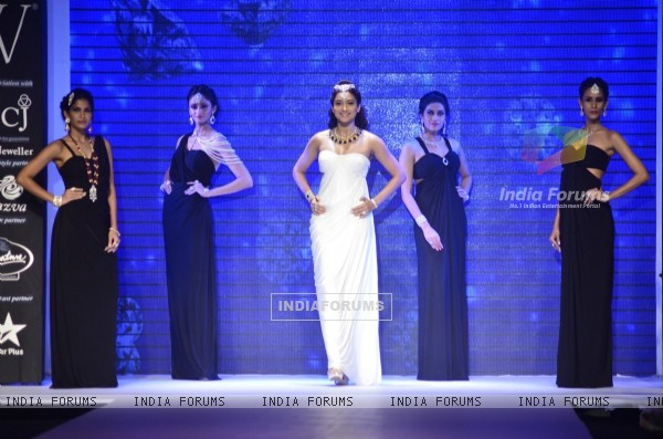 Gauahar Khan walks the ramp at the IIJW 2014 - Day 1
