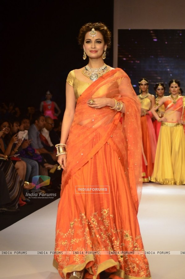 Dia Mirza dazzels the ramp at the IIJW 2014 - Day 1