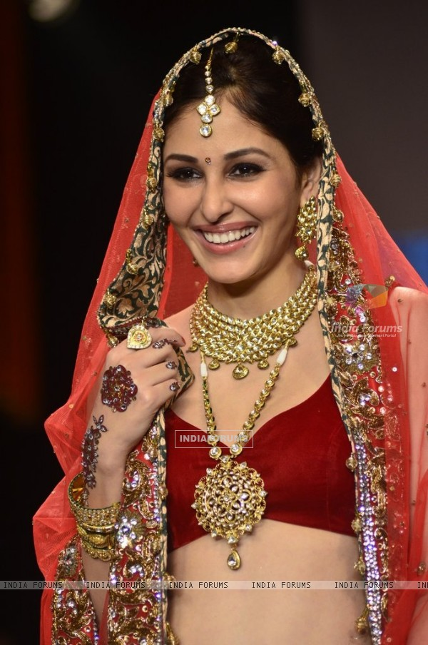 Pooja Chopra walks the ramp at the India International Jewellery Week (IIJW) 2014 - Day 2