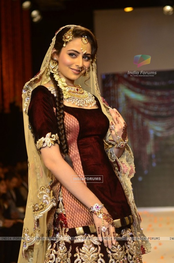Zoya Afroz walks the ramp at the India International Jewellery Week (IIJW) 2014 - Day 2
