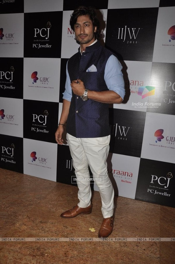 Vidyut Jamwal was at the India International Jewellery Week (IIJW) 2014 - Day 3
