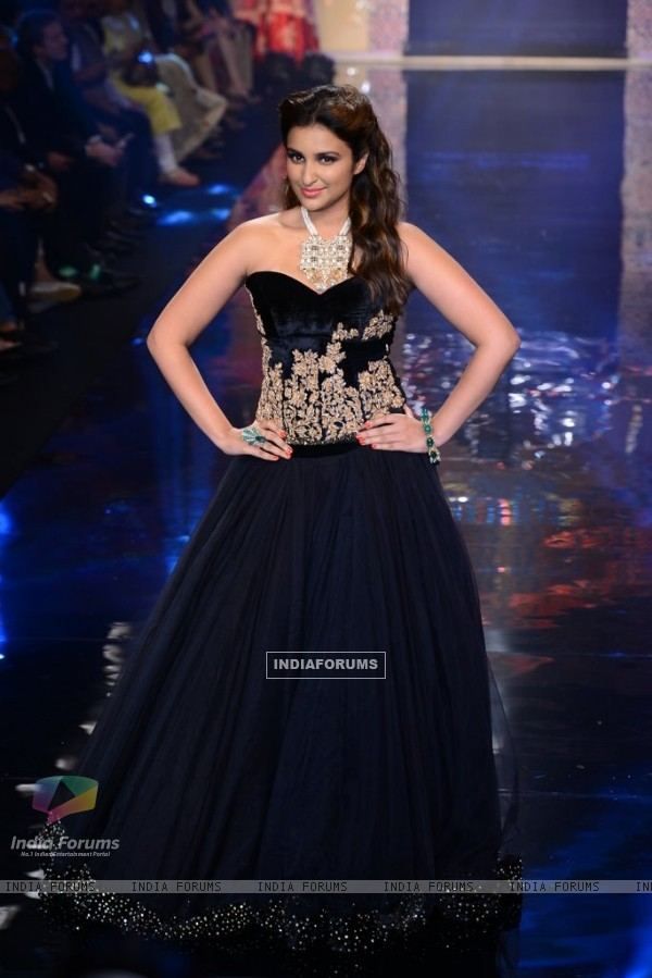 Parineeti Chopra walks the ramp for Shyamal and Bhumika at the IIJW 2014 - Day 3