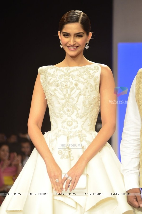 Sonam Kapoor walks the ramp for Nazrana by Rio Tinto at the IIJW 2014 - Day 3