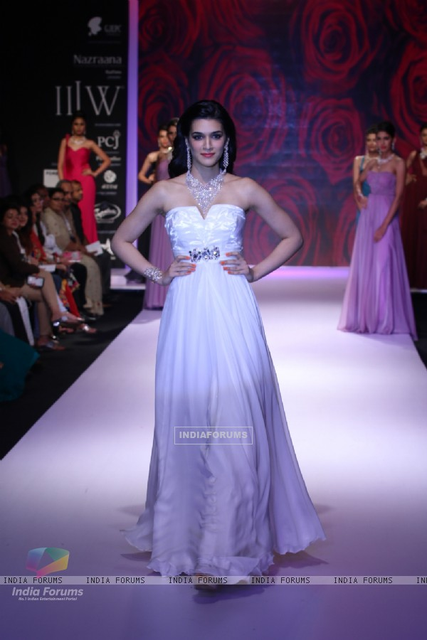 Kriti Sanon walked the ramp for Mahabir Jewellers at the IIJW 2014 - Day 3