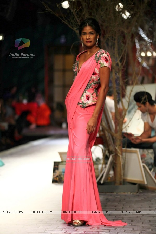 Carol Gracias walks the ramp at the Indian Couture Week - Day 3