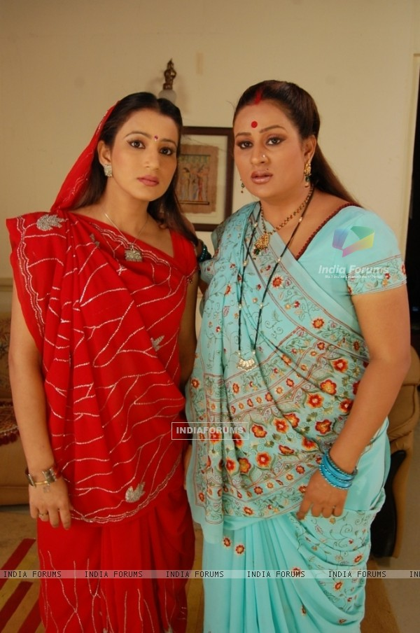 Parul and Chanda in Hamari Devrani