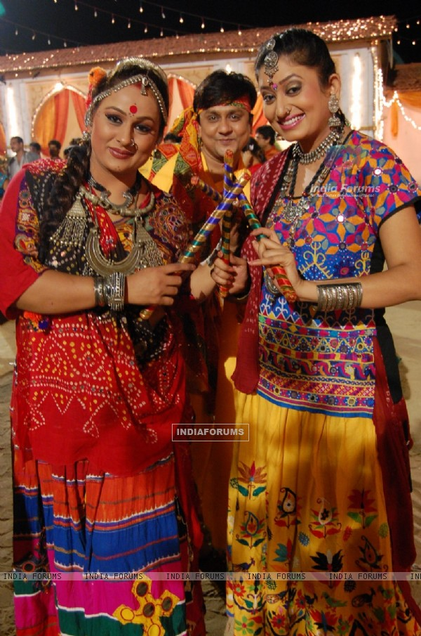 Sannat, Parul and Alpa playing Dandiya