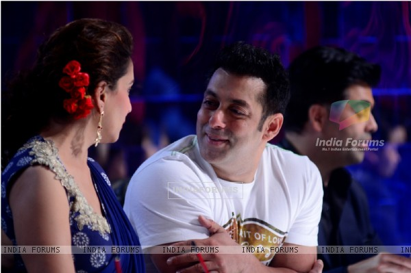 Salman Khan chats with Madhuri Dixit at Jhalak Dikhhla Jaa